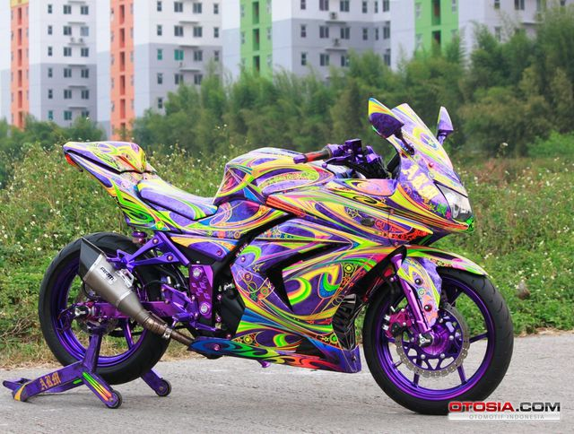 Modifikasi-Ninja-250-ARM-Curi-Perhatian-Lewat-Grafis-Ungu